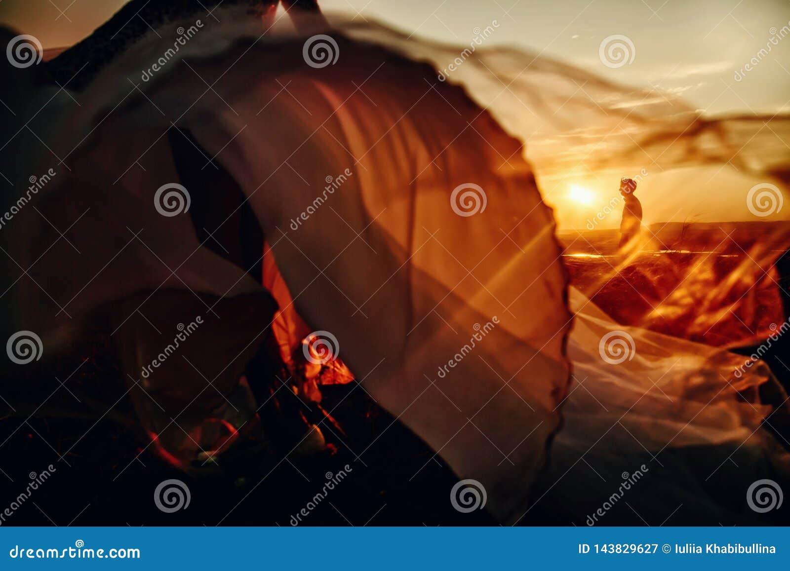 Beaux couples les épousant dans le coucher du soleil Jeune mariée courant à son marié Homme sur le bsckground