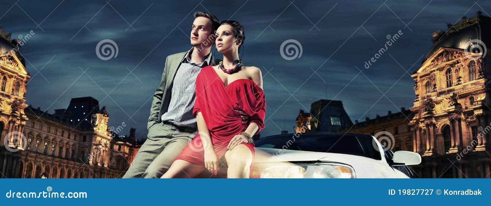 Beaux couples se reposant dans une limousine