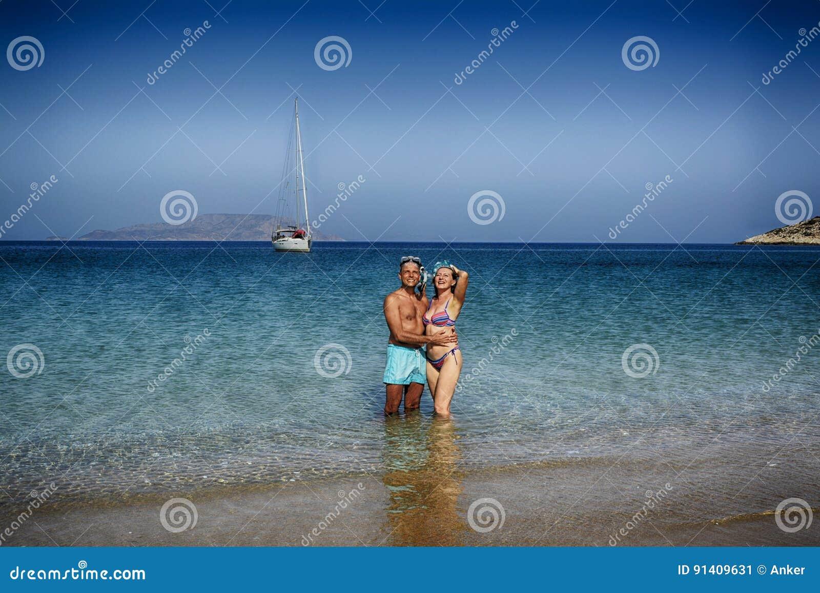 Beaux couples sur la plage en Grèce