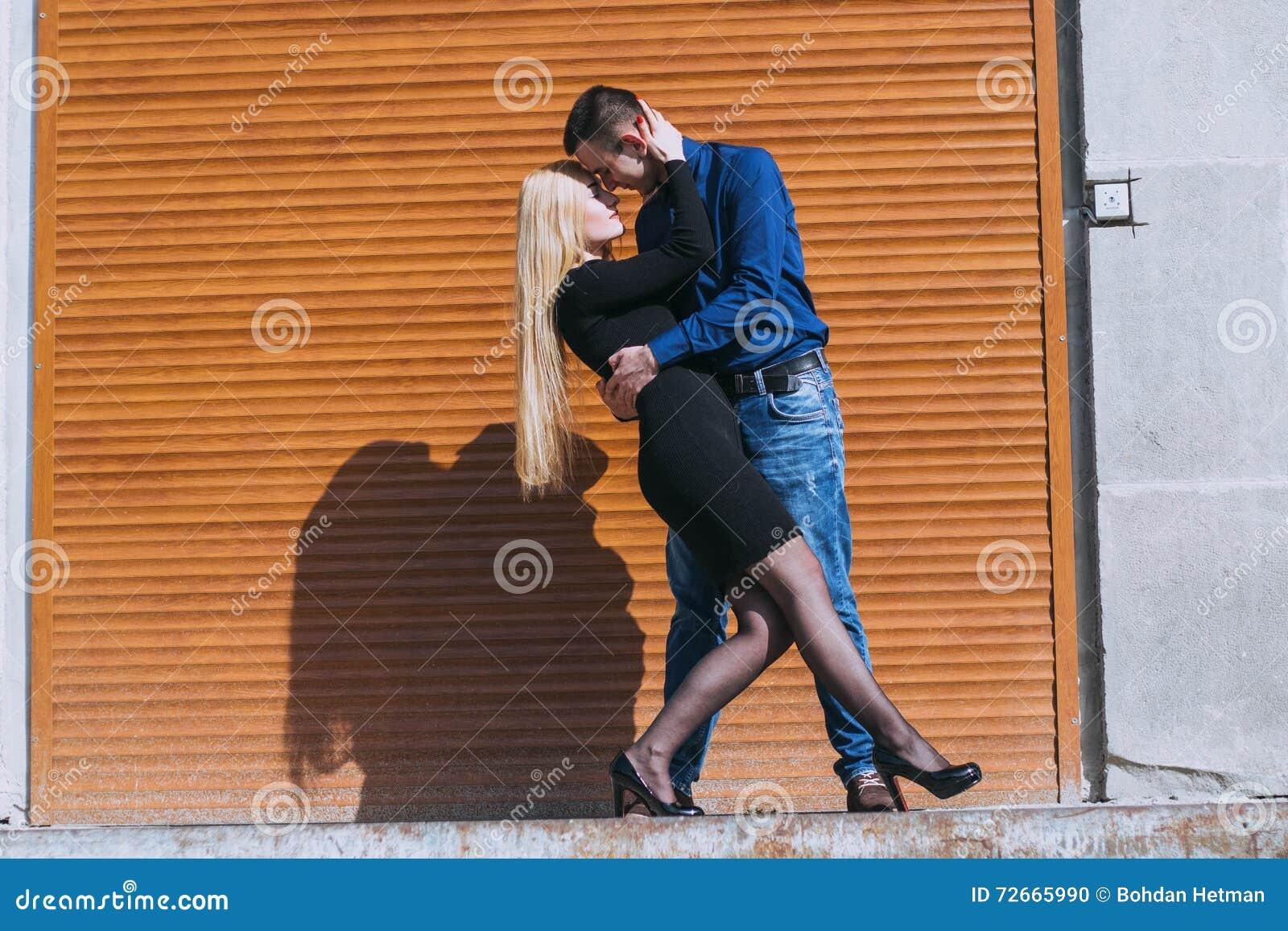 Beaux couples sur la rue