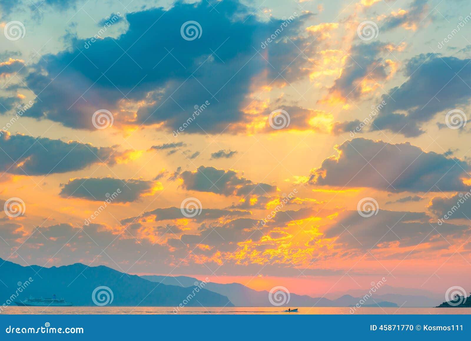 Beaux cumulus au-dessus de la mer