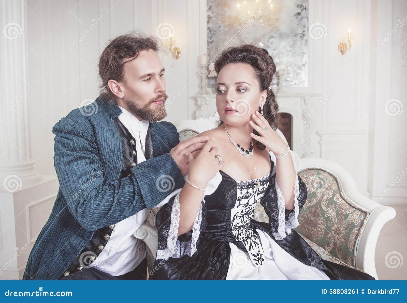 Beaux femme et homme de couples dans des vêtements médiévaux