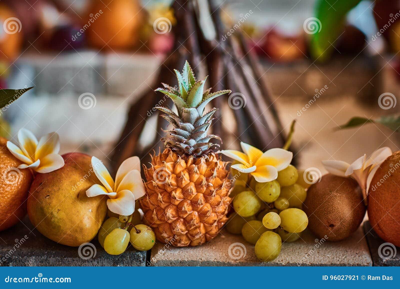 Beaux fruits disposés avec le fond brouillé