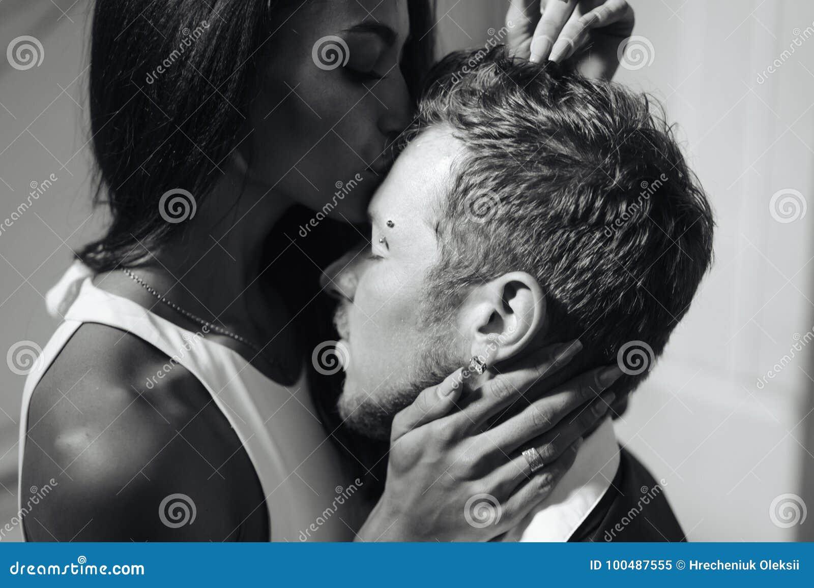 Beaux, jeunes couples posant sur l appareil-photo à l intérieur