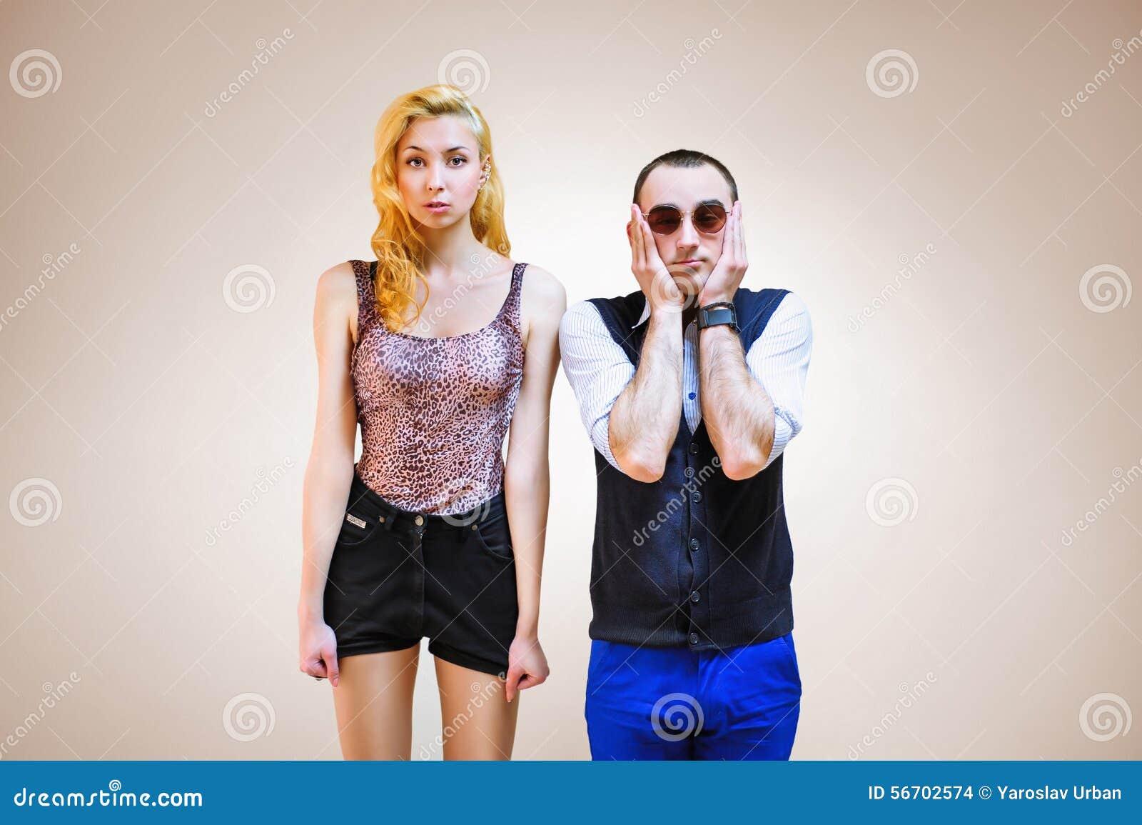 Beaux jeunes couples se tenant près du regard très