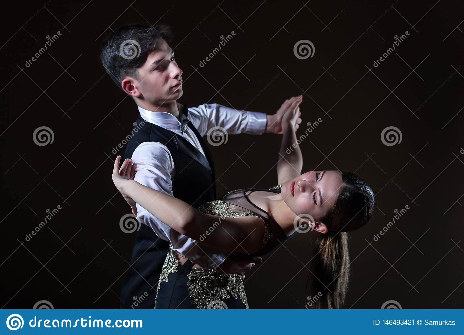 Beaux jeunes danseurs dans la salle de bal d isolement sur le fond noir
