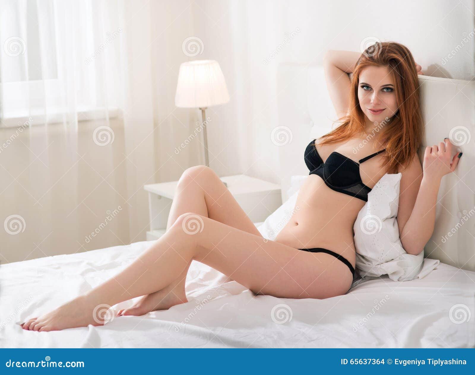 Beaux jeunes de femme de lingerie