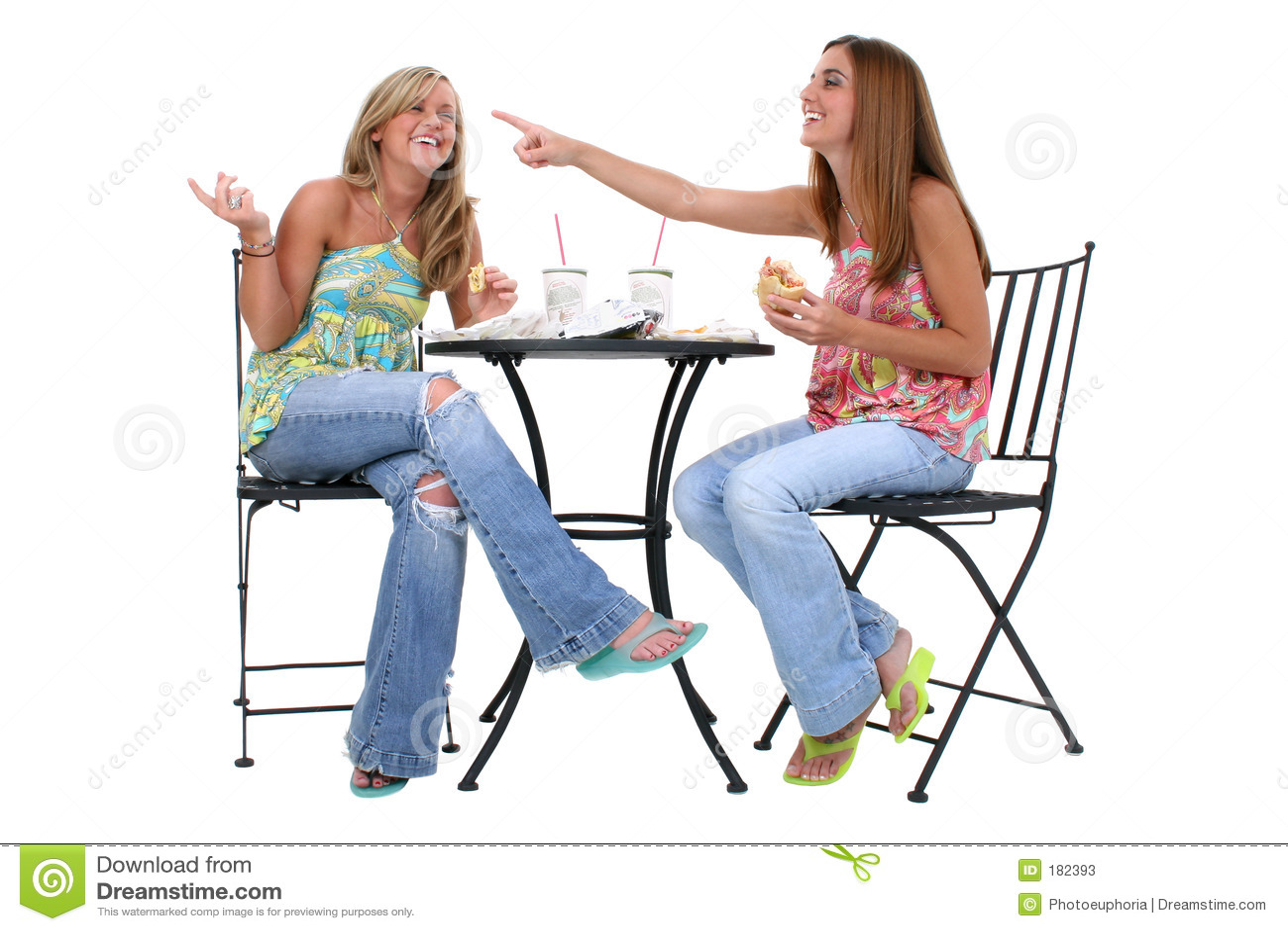 Beaux jeunes femmes prenant le déjeuner ensemble