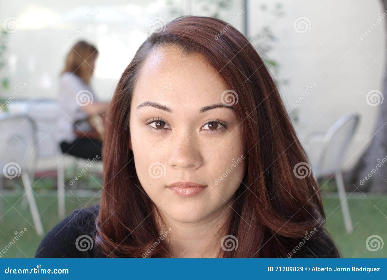 Beaux jeunes pensants asiatiques de femme