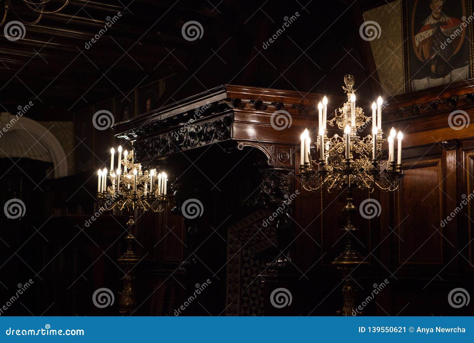 Beaux lustres et plafonds dans le château de Nesvizh