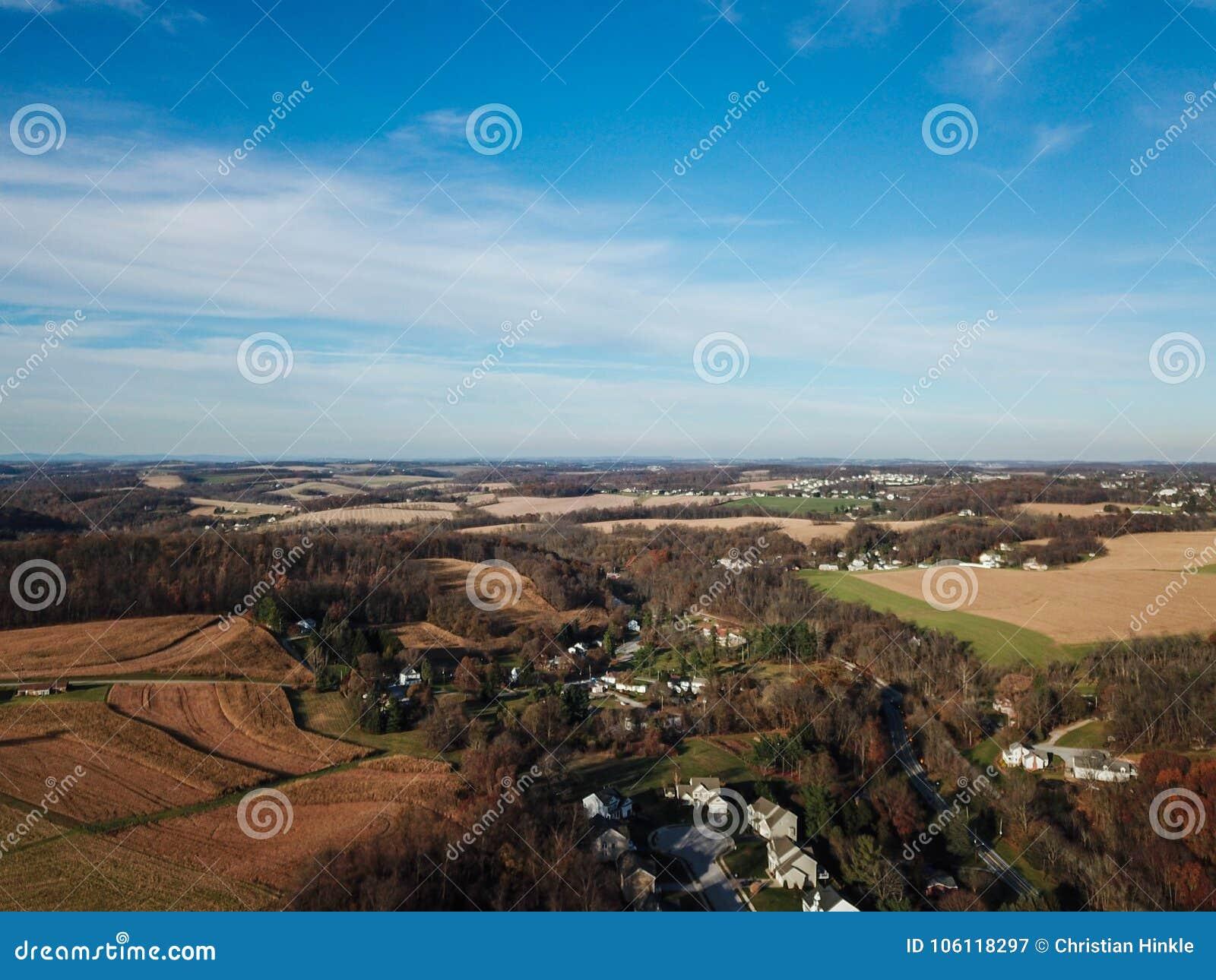 Beaux nuages au-dessus du comté de York du sud rural dans la nouvelle liberté,