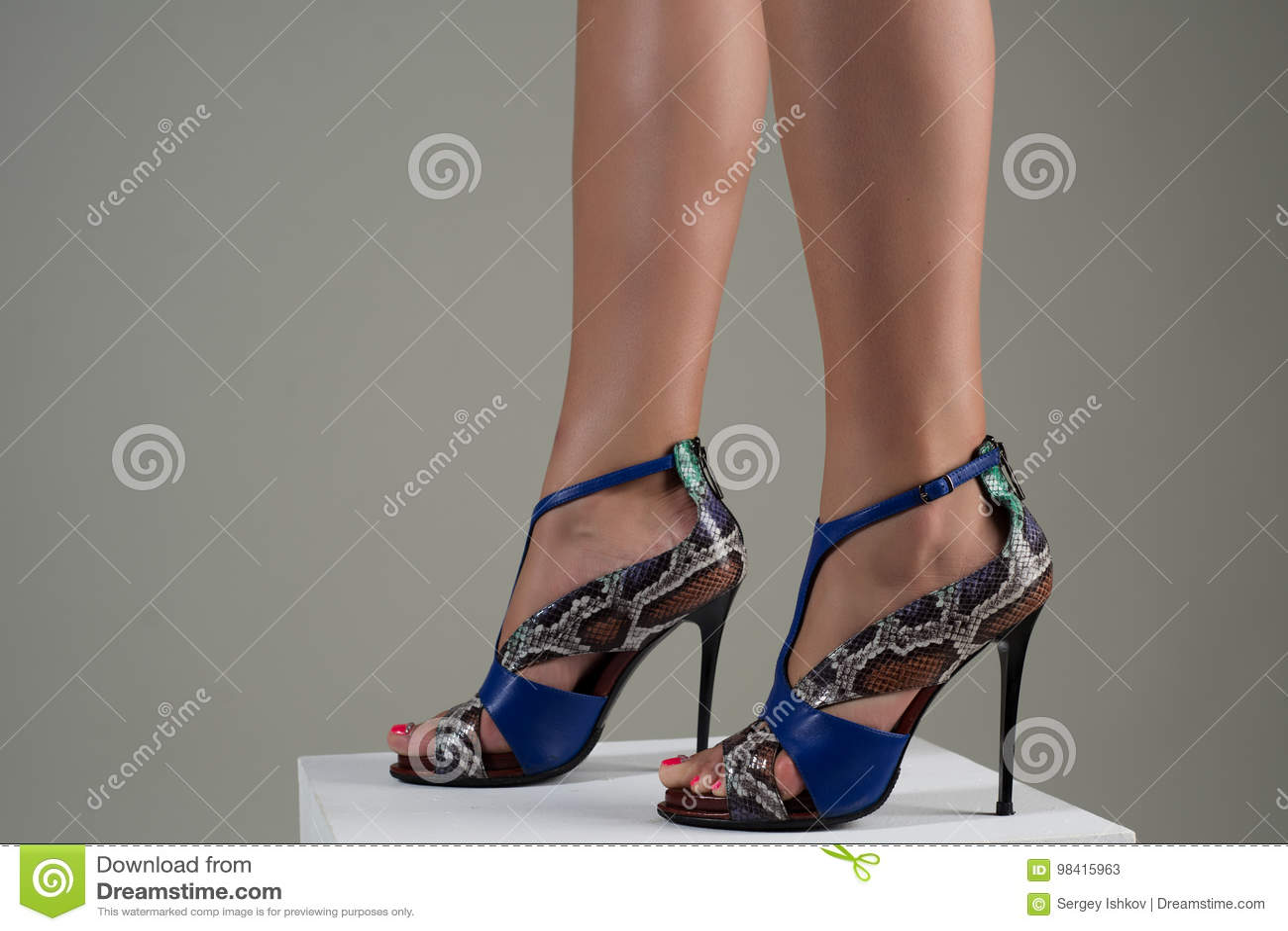 jolie pieds en sandales talons hauts