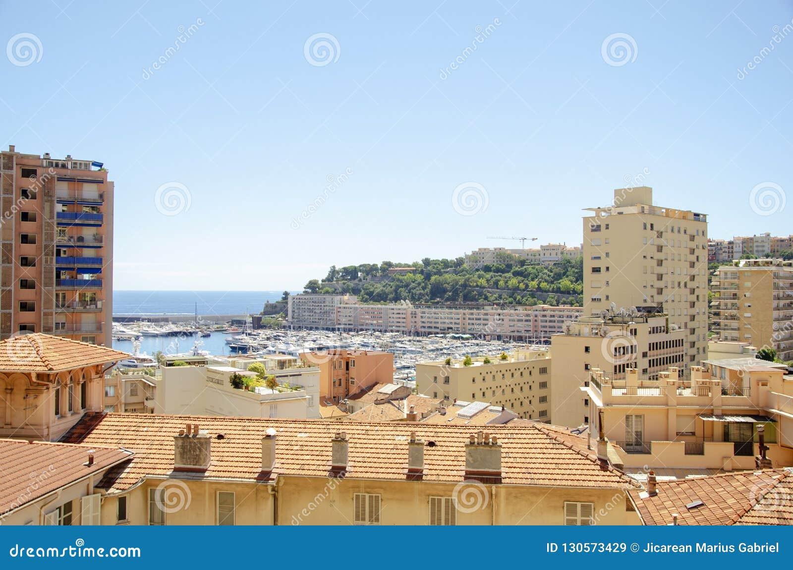 Beaux ports avec beaucoup de yachts au Monaco