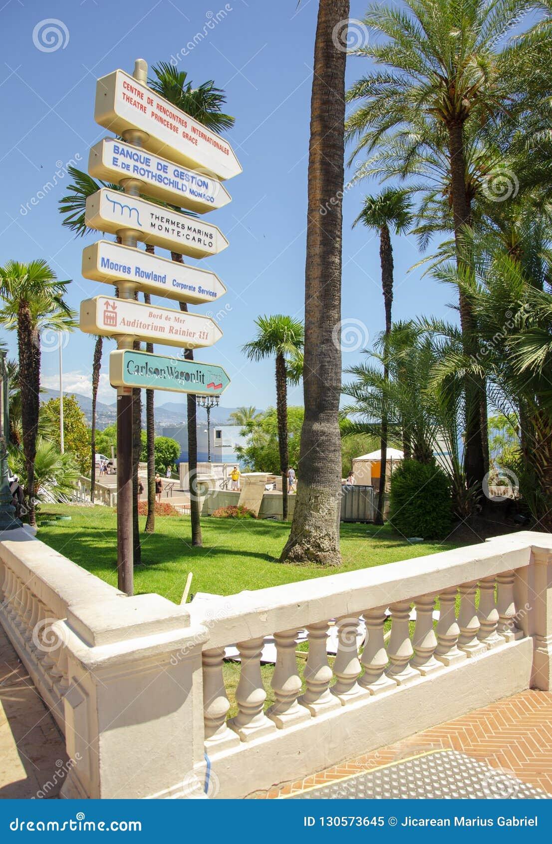 Beaux ports avec beaucoup de yachts au Monaco et des jardins pleins des fleurs