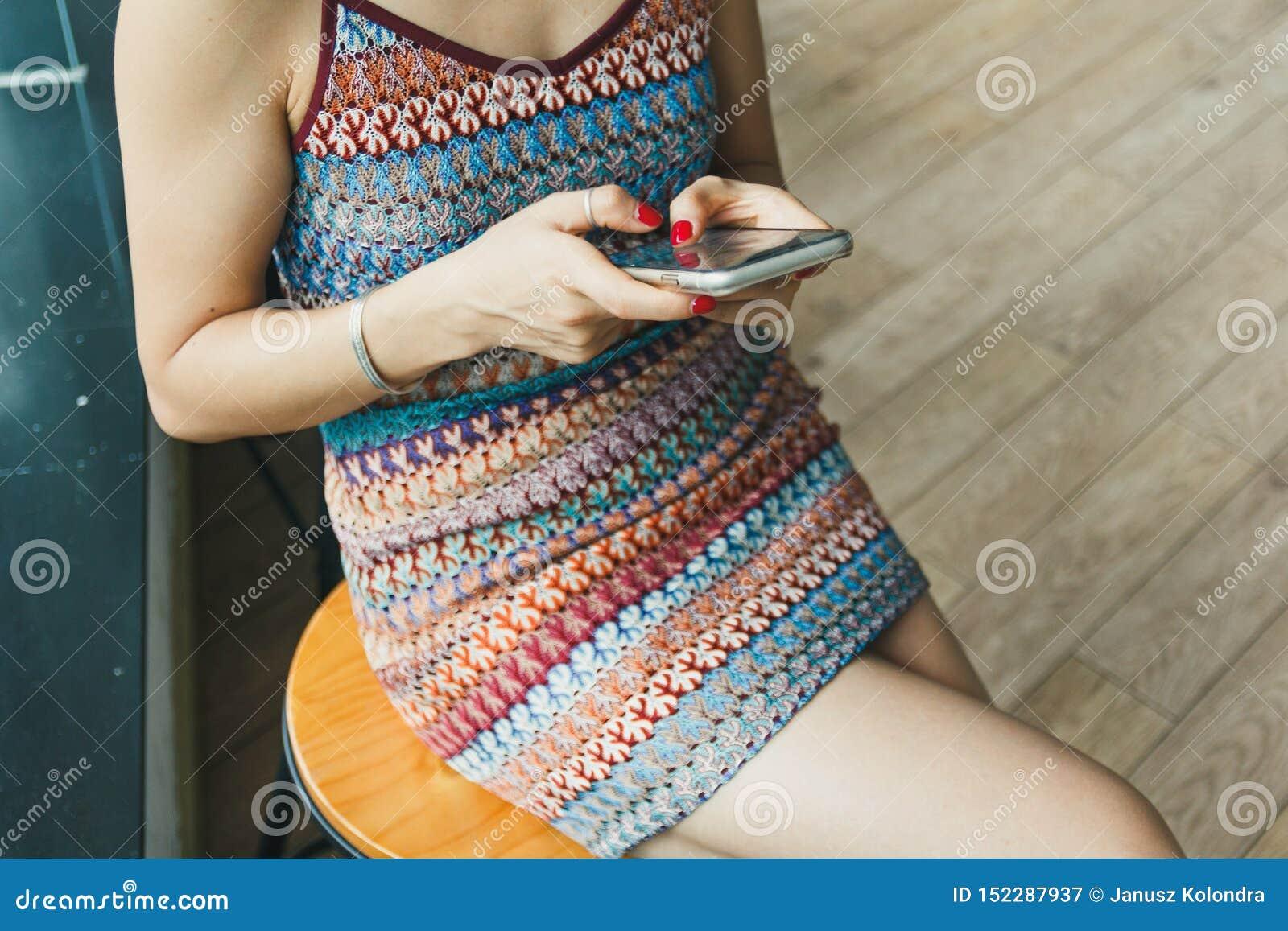 Beaux textes de fille sur son smartphone