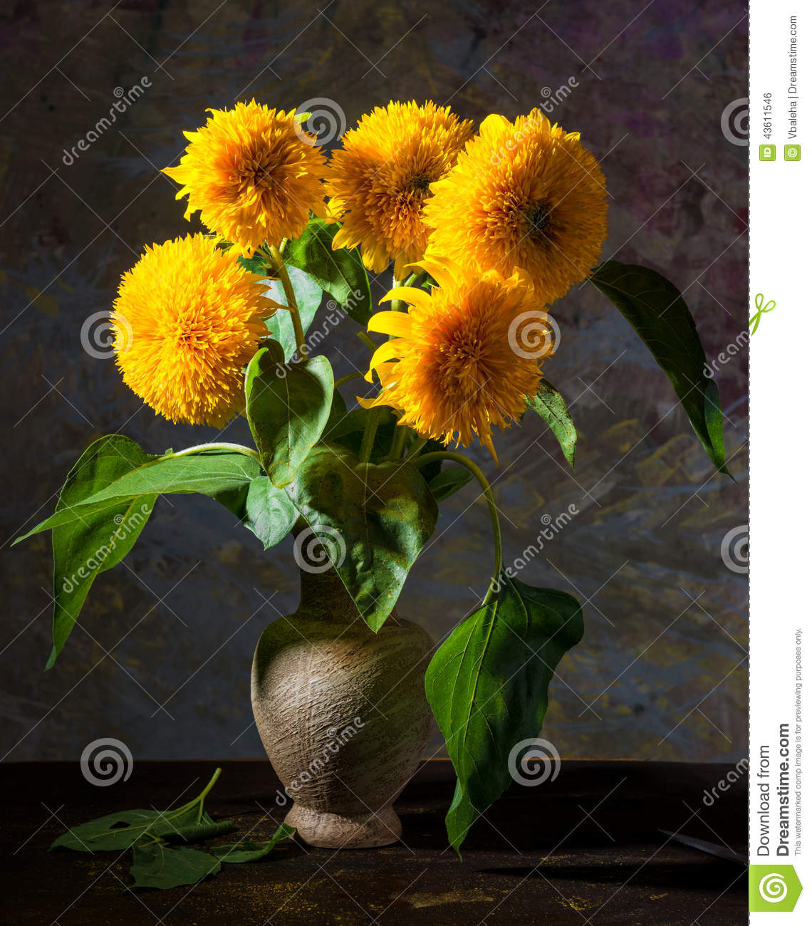 August 2014 Cpo Offers Table Jpg: Beaux Tournesols Dans Un Vase Photo Stock