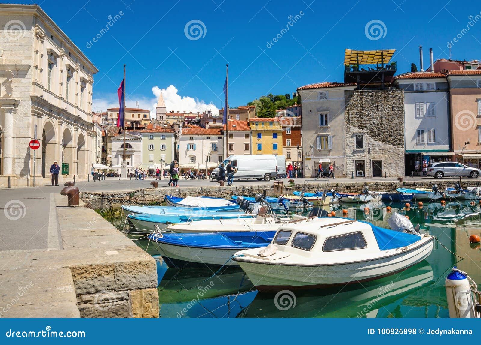 Beaux vieux bâtiments et bateaux dans le port, Piran, Slovénie