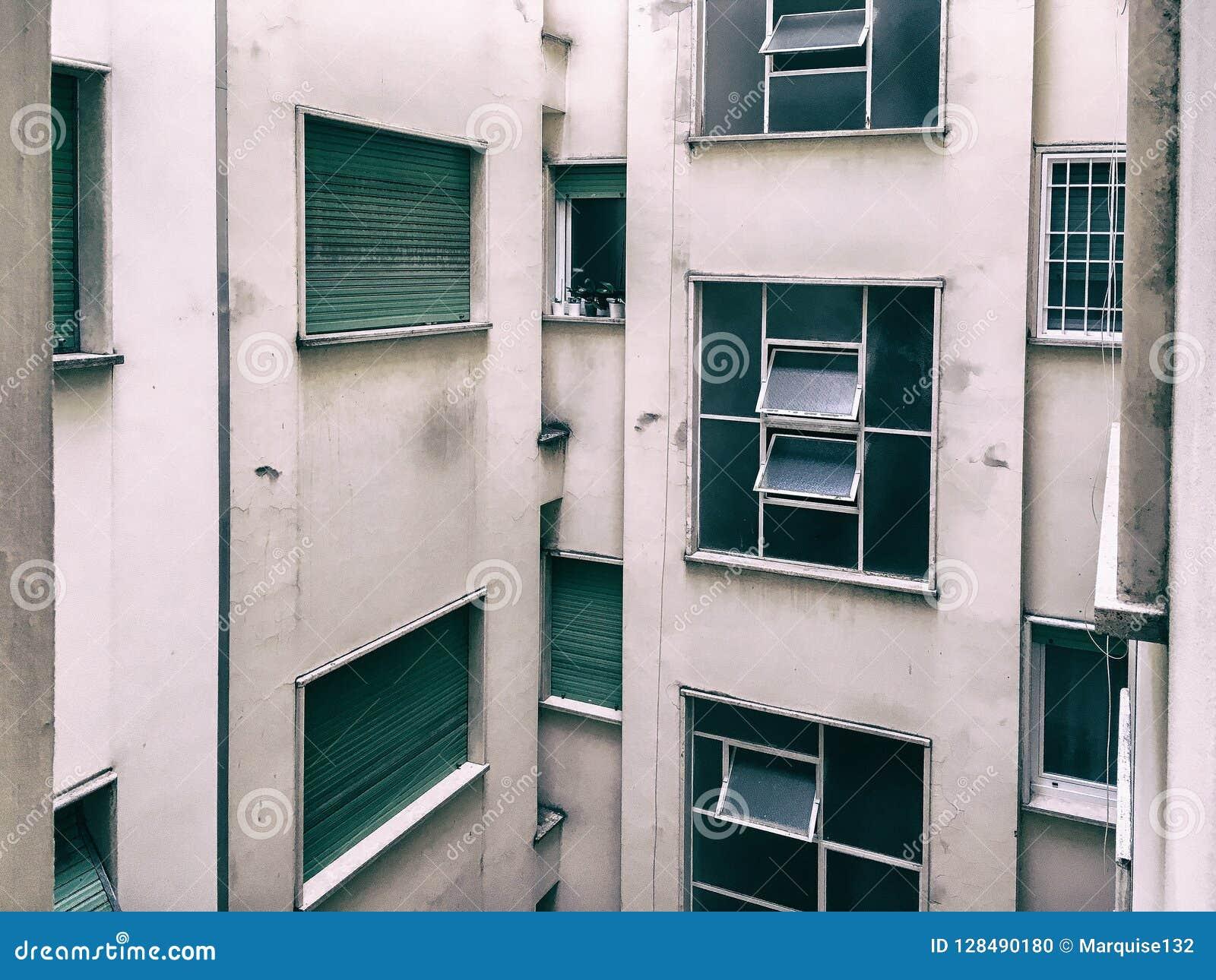 Beaux vieux hublots à Rome (Italie) Vue de la fenêtre de l appartement dans la cour d un bâtiment résidentiel