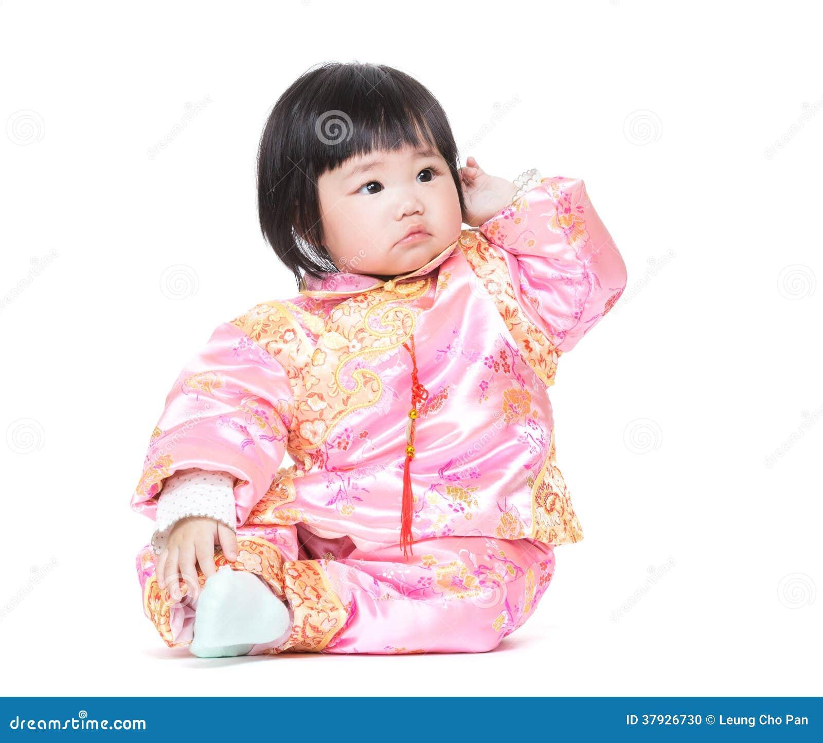 Bebé chino que rasguña el pelo