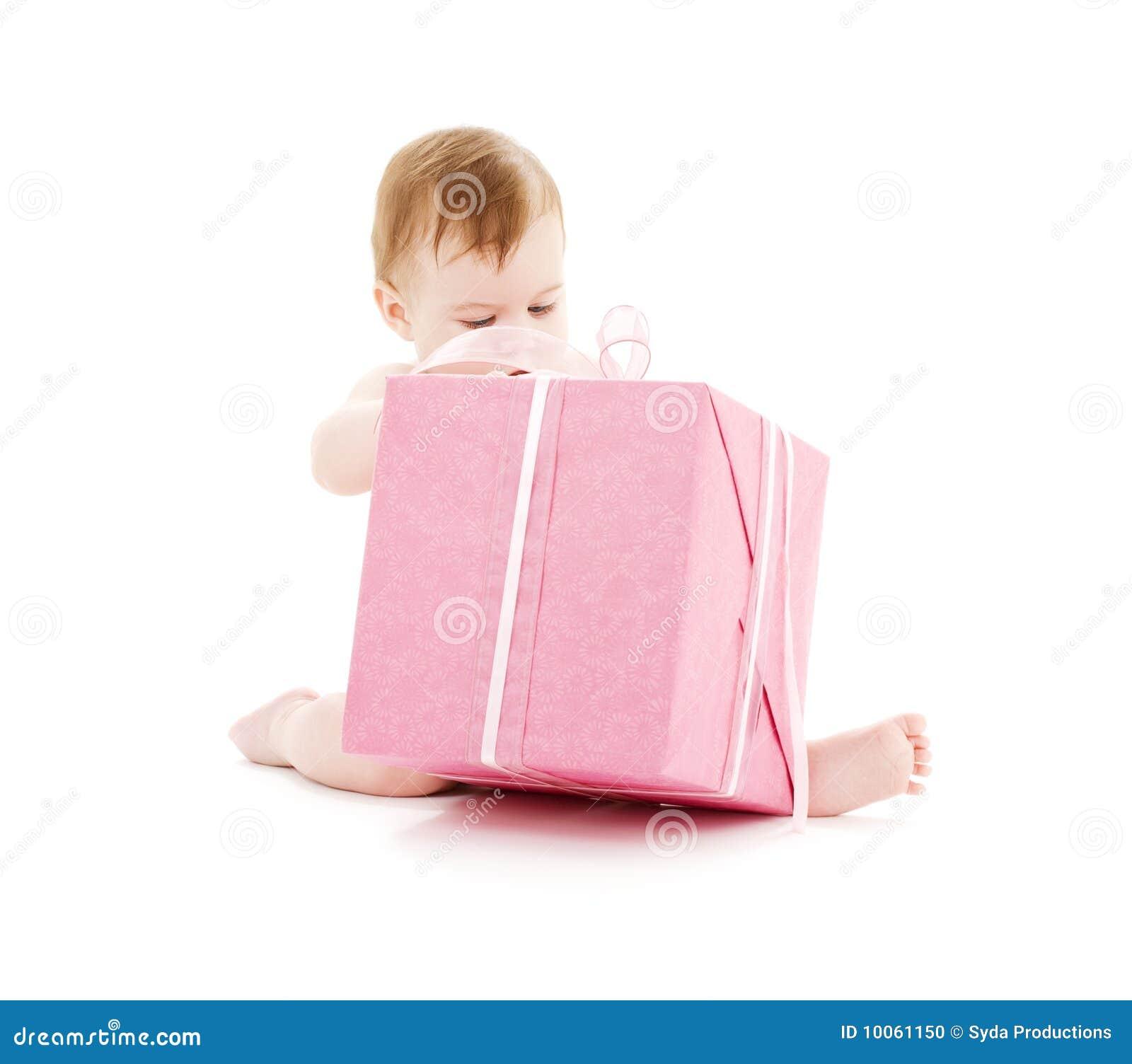 Bebé com a caixa de presente grande
