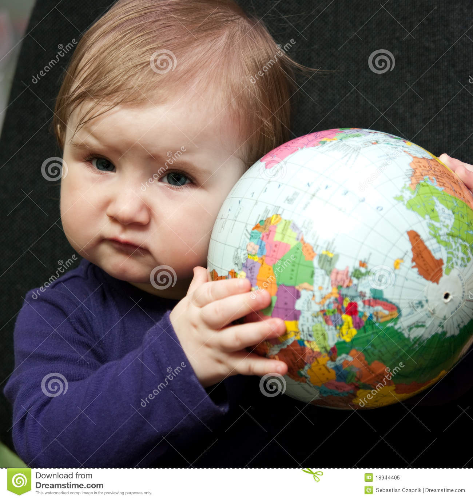 Bebé com globo do mundo