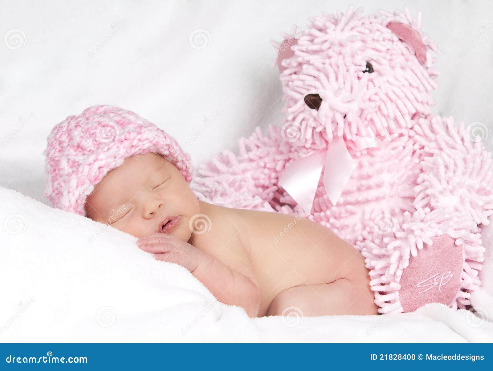 Bebé com urso de peluche