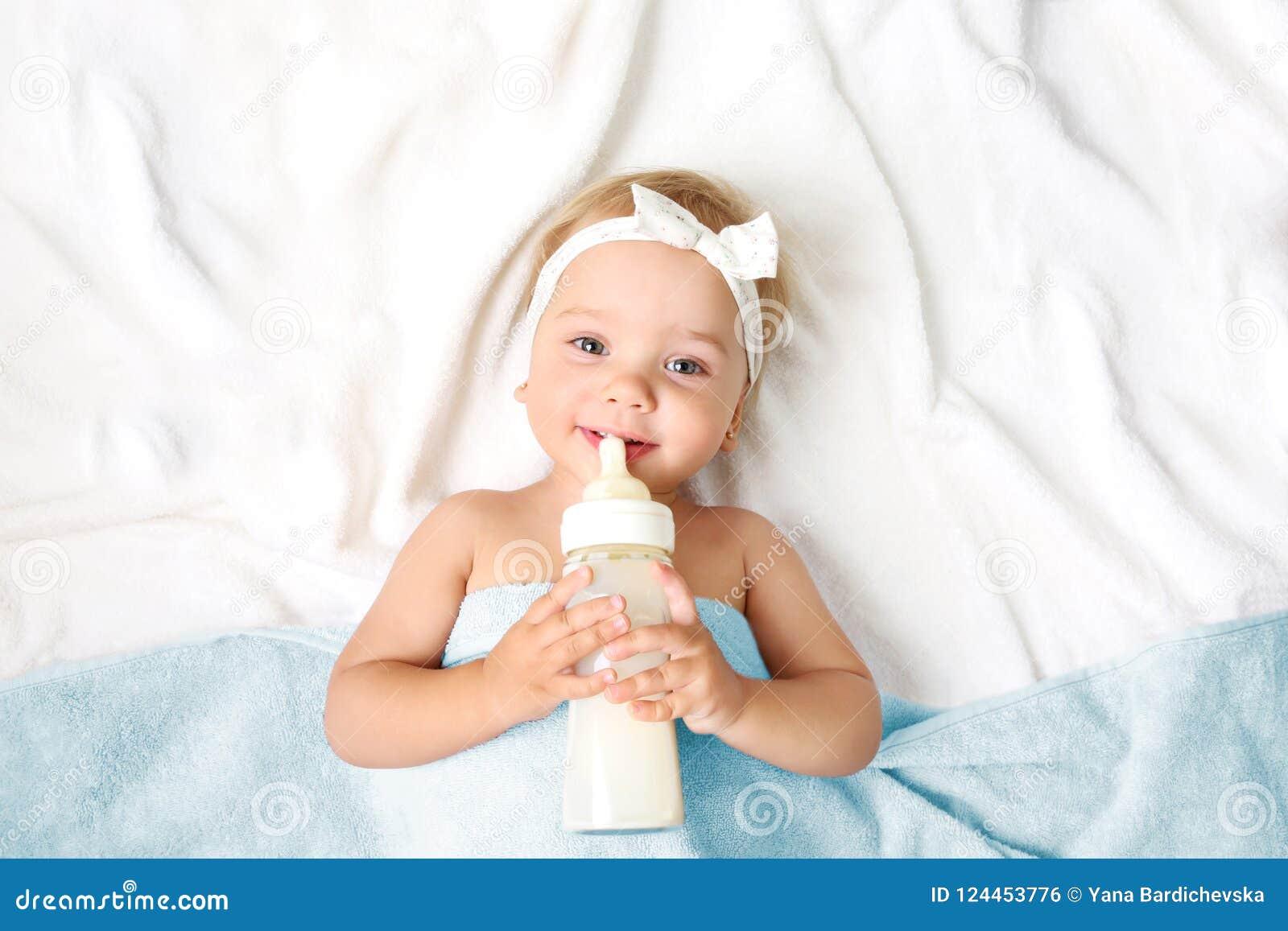 Bebé con el fondo vacío del espacio de la botella de leche