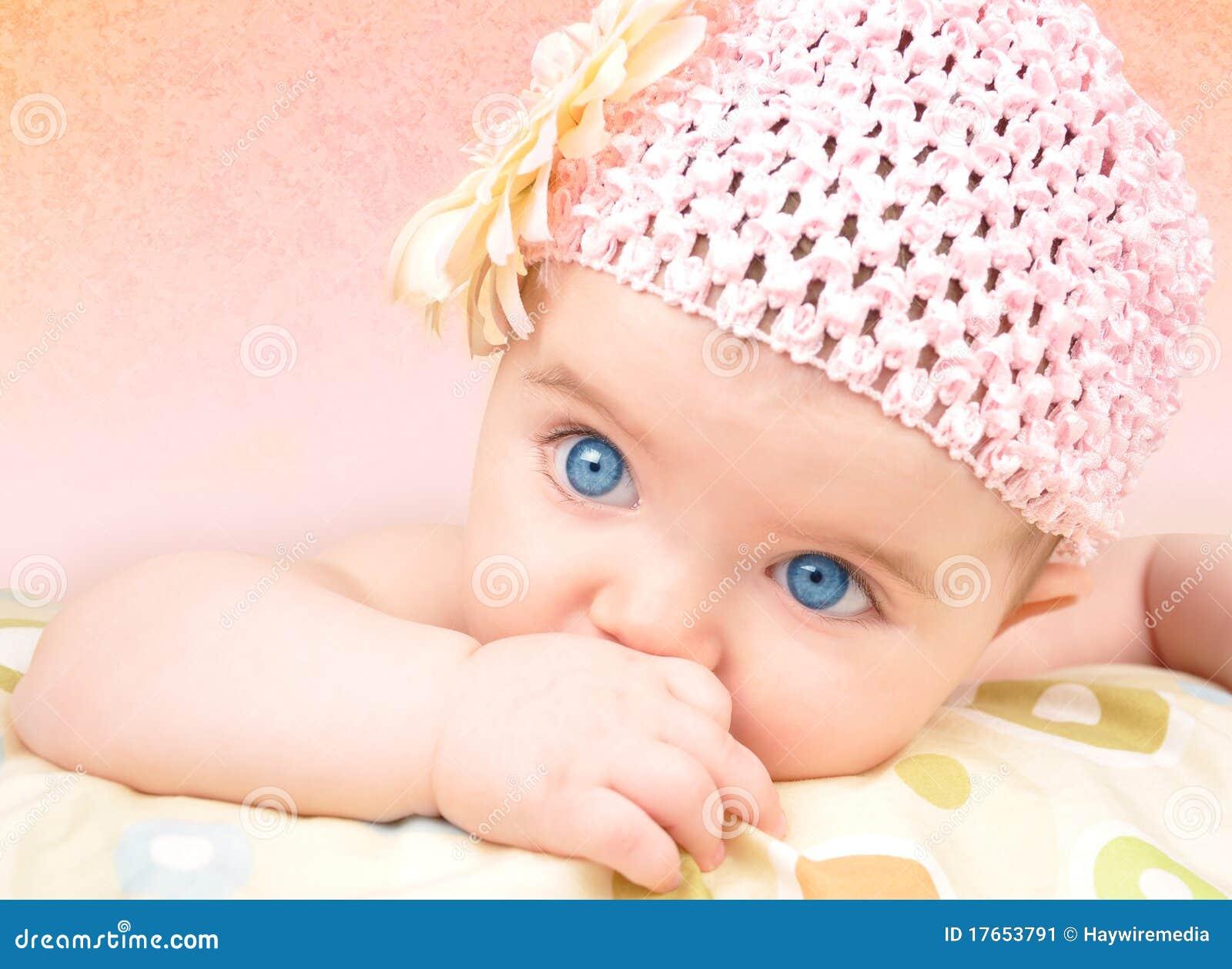 Bebé con el sombrero de la flor