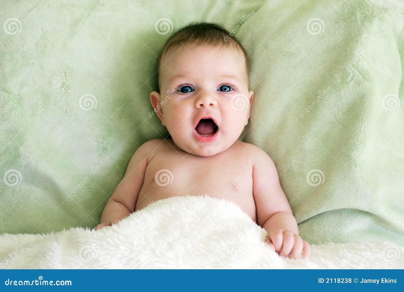 Bebé con la boca abierta