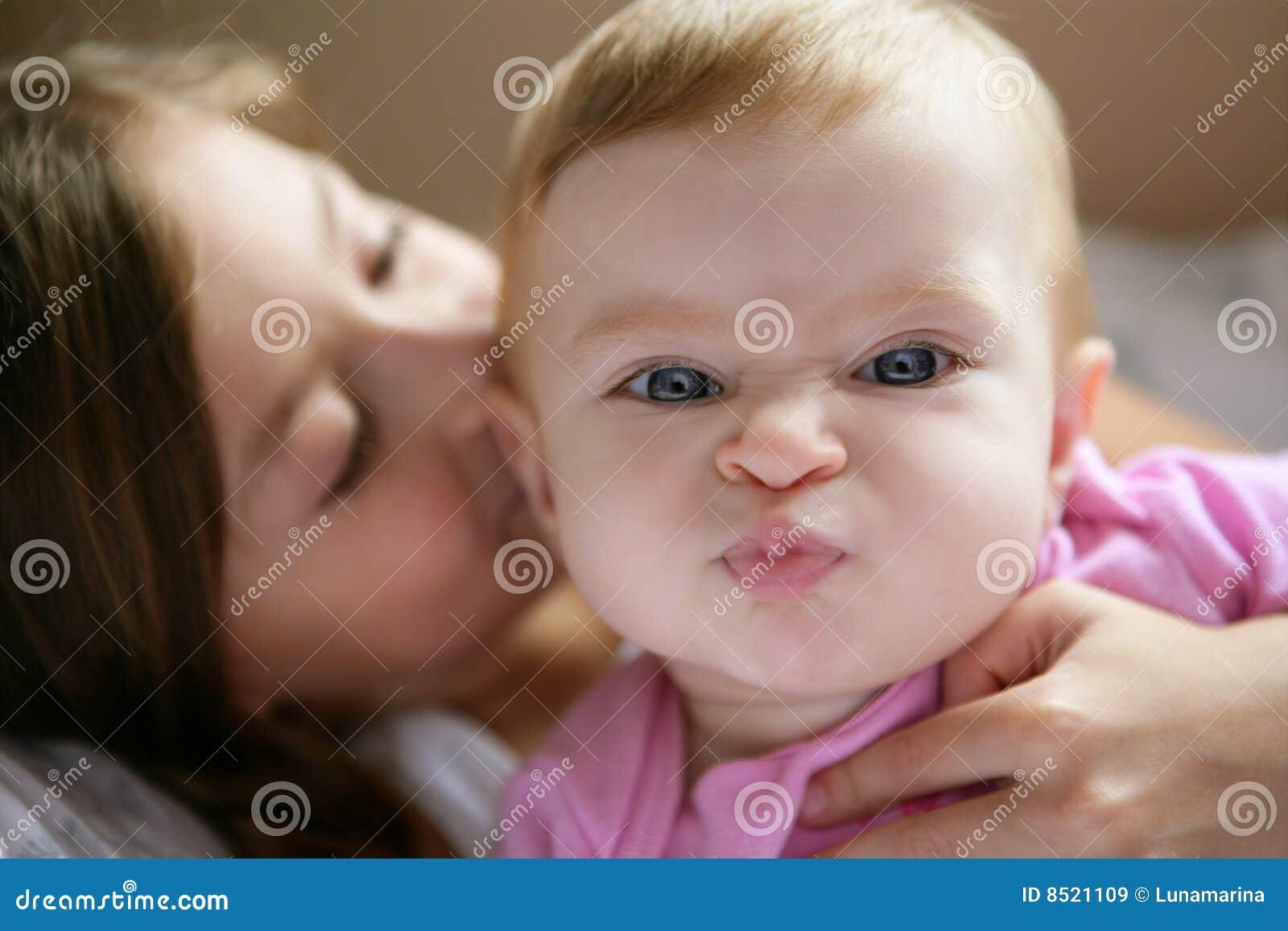 Bebé con la expresión divertida en cara