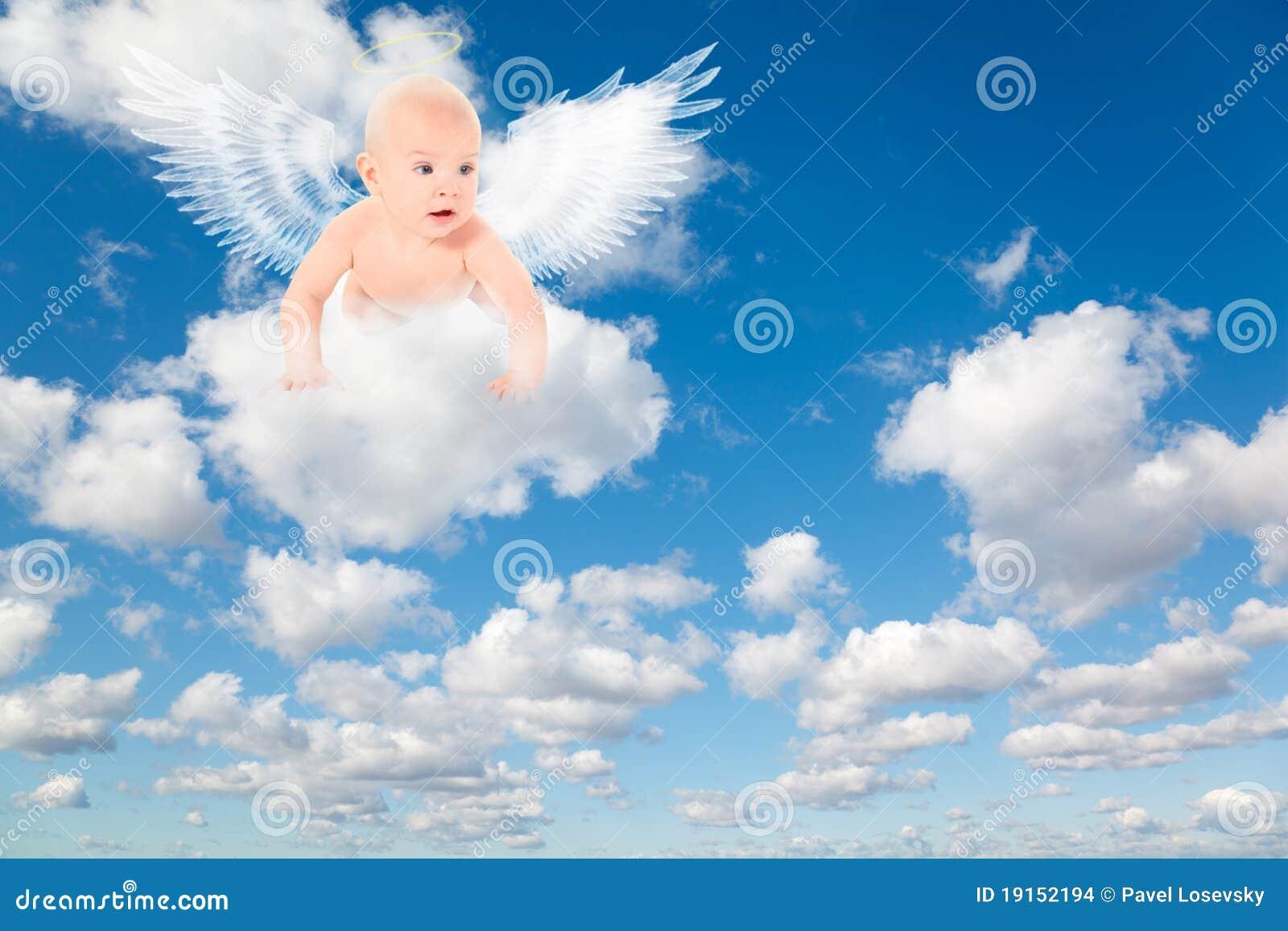 Bebé Con Las Alas De Los ángeles En Las Nubes Foto De Archivo