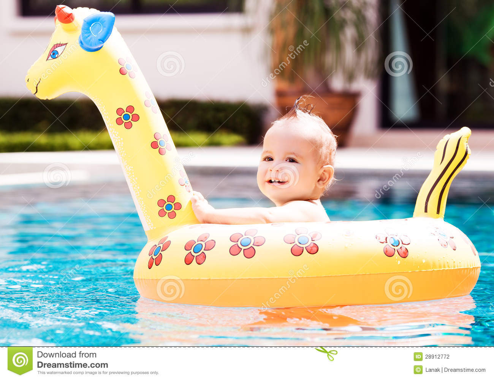 Bebé con un flotador
