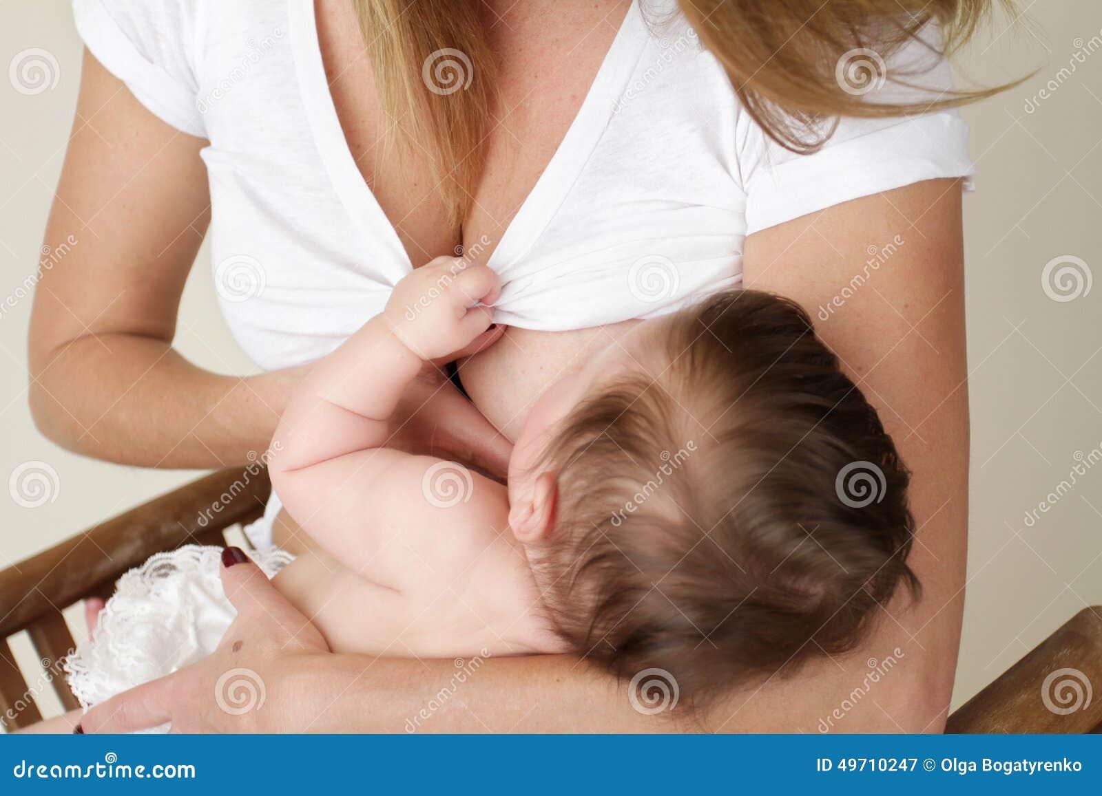 Bebé de amamantamiento de la madre