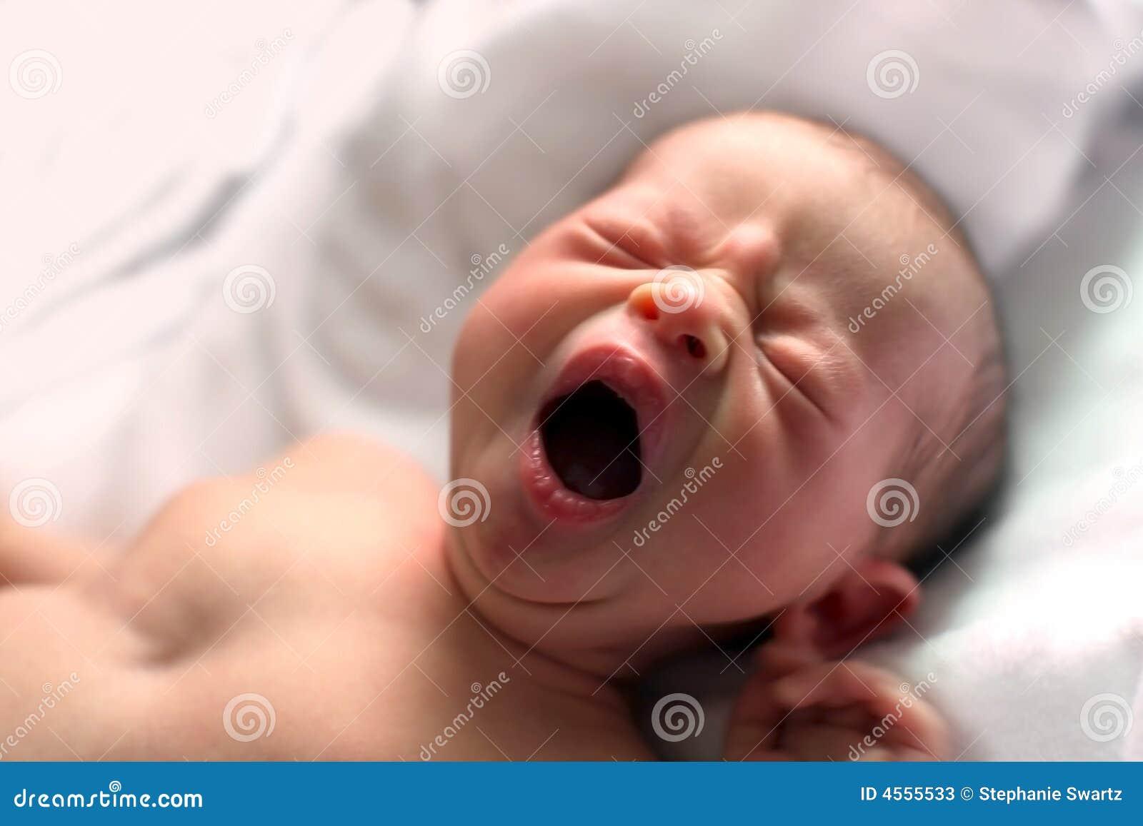 Bebé de bostezo