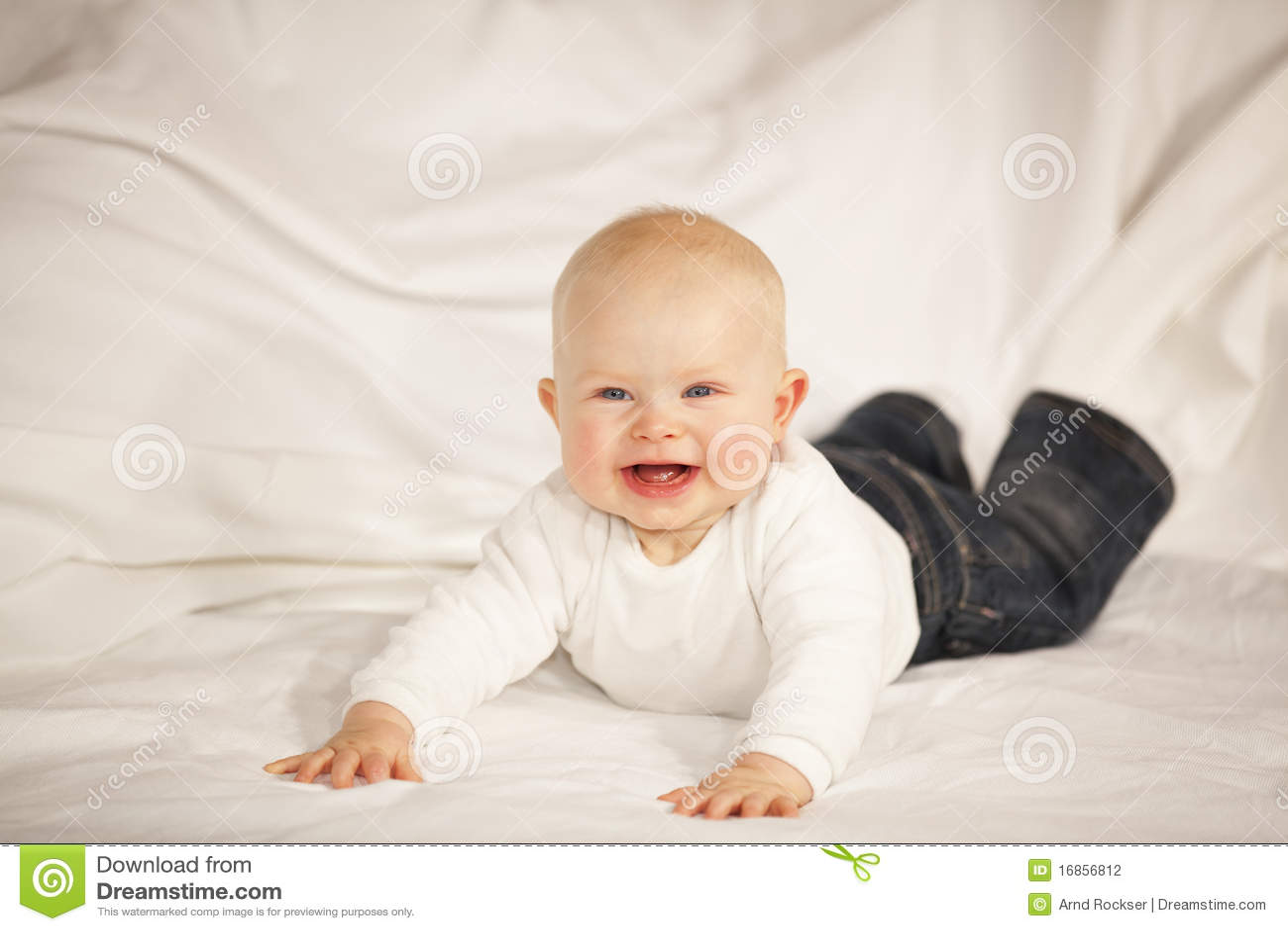 Bebé de riso que encontra-se em um sofá