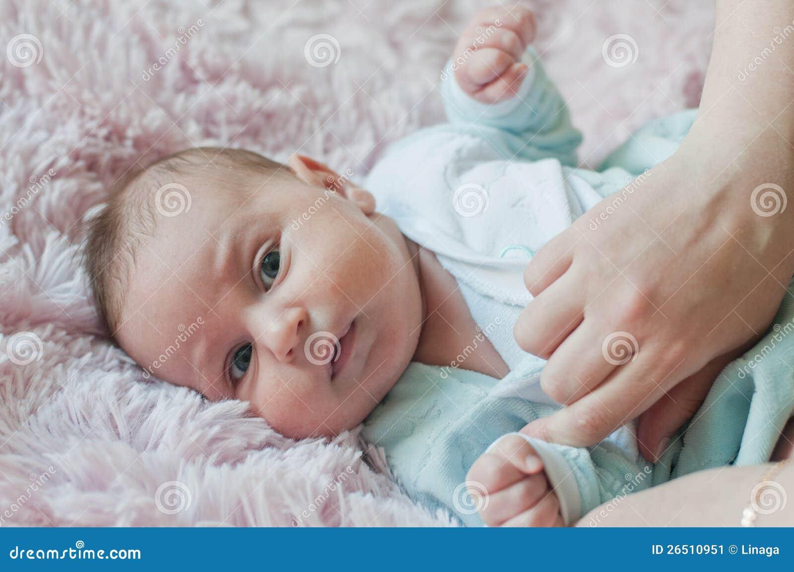 Bebé e mãos pequenos