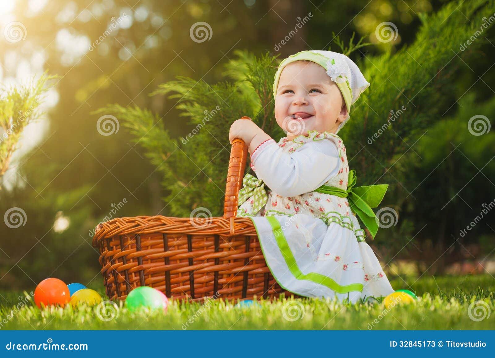 Bebé en cesta en el parque verde