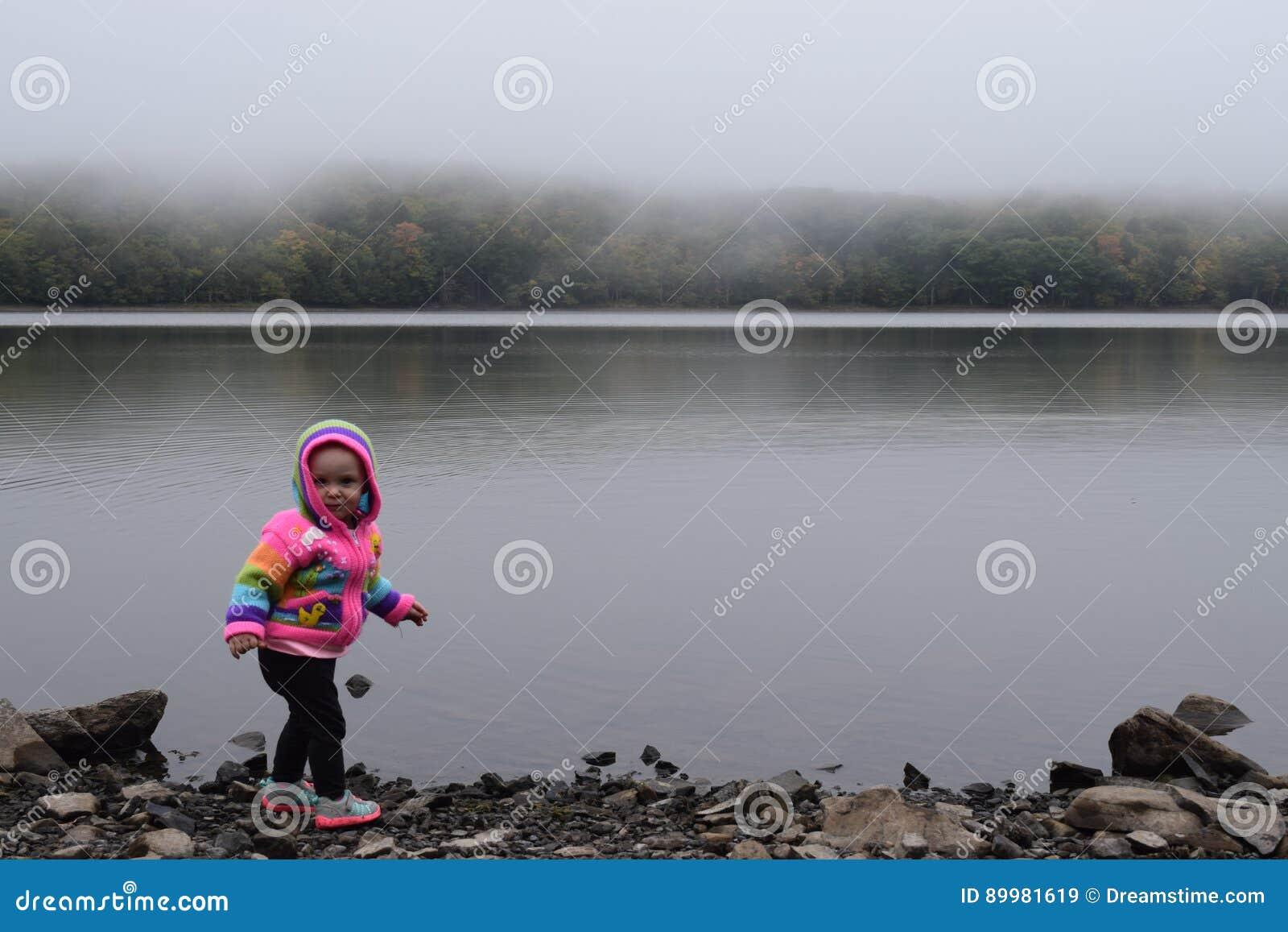 Bebé en el lago de niebla