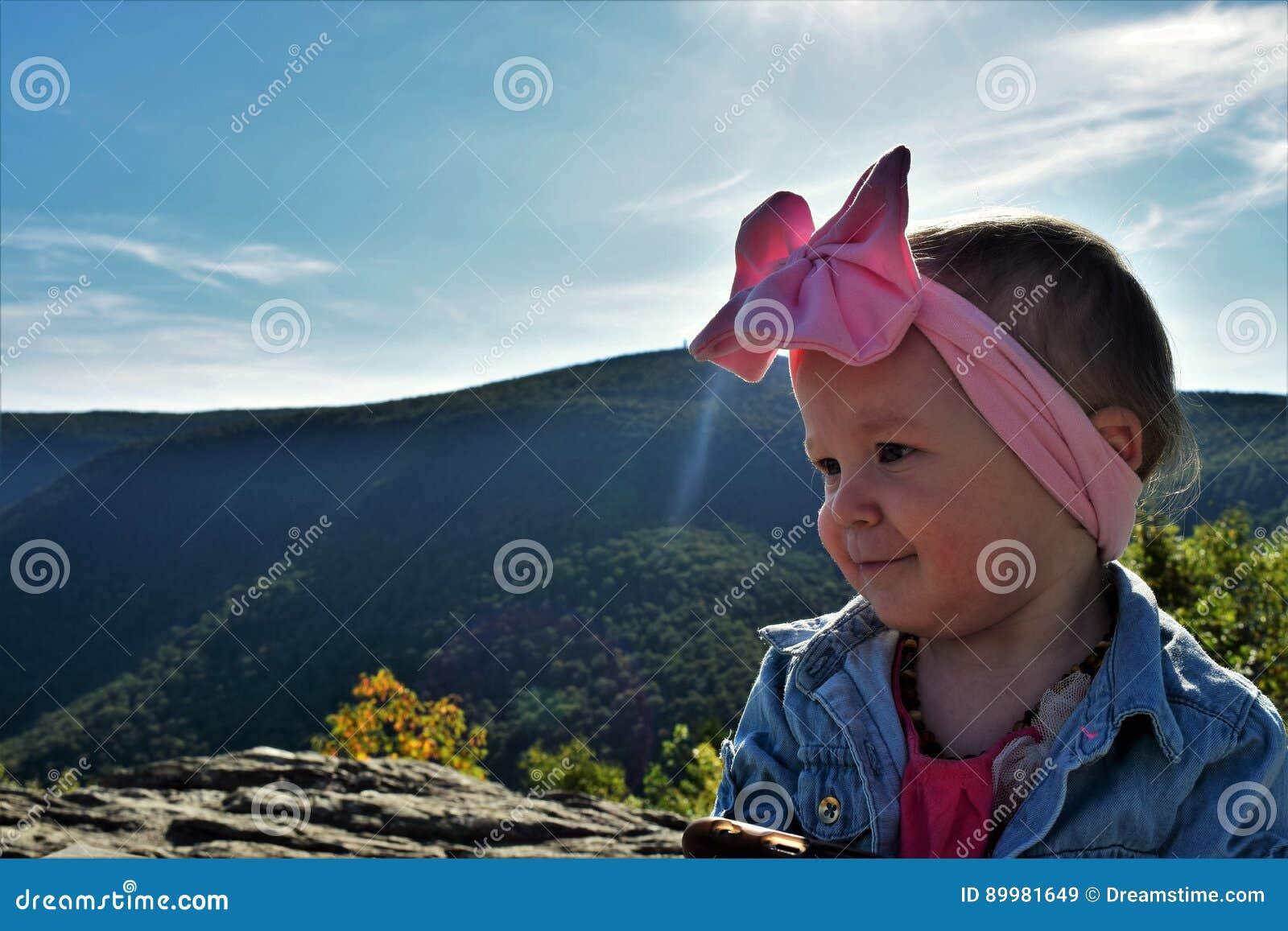 Bebé en el top de la montaña