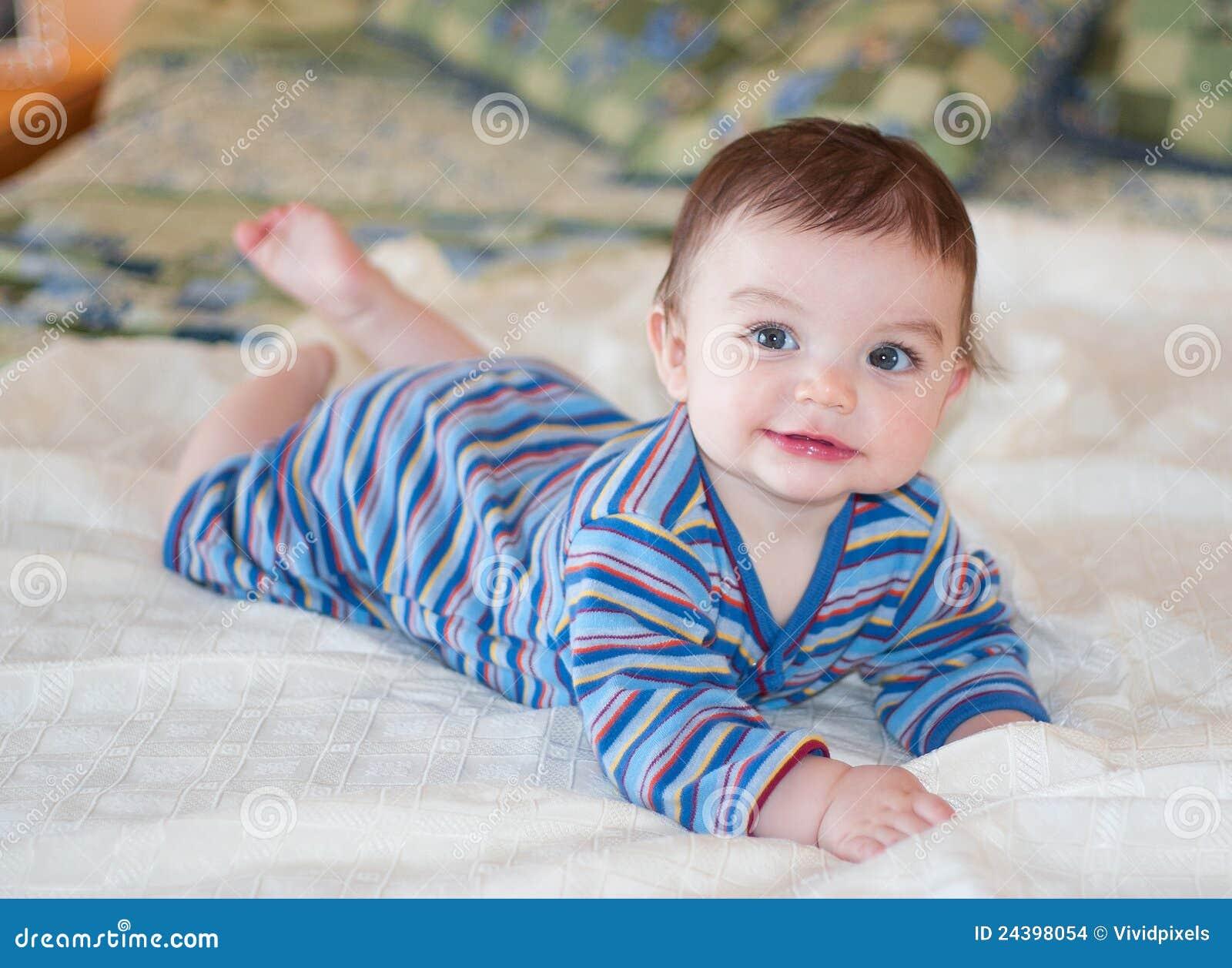 Bebé en equipo rayado azul