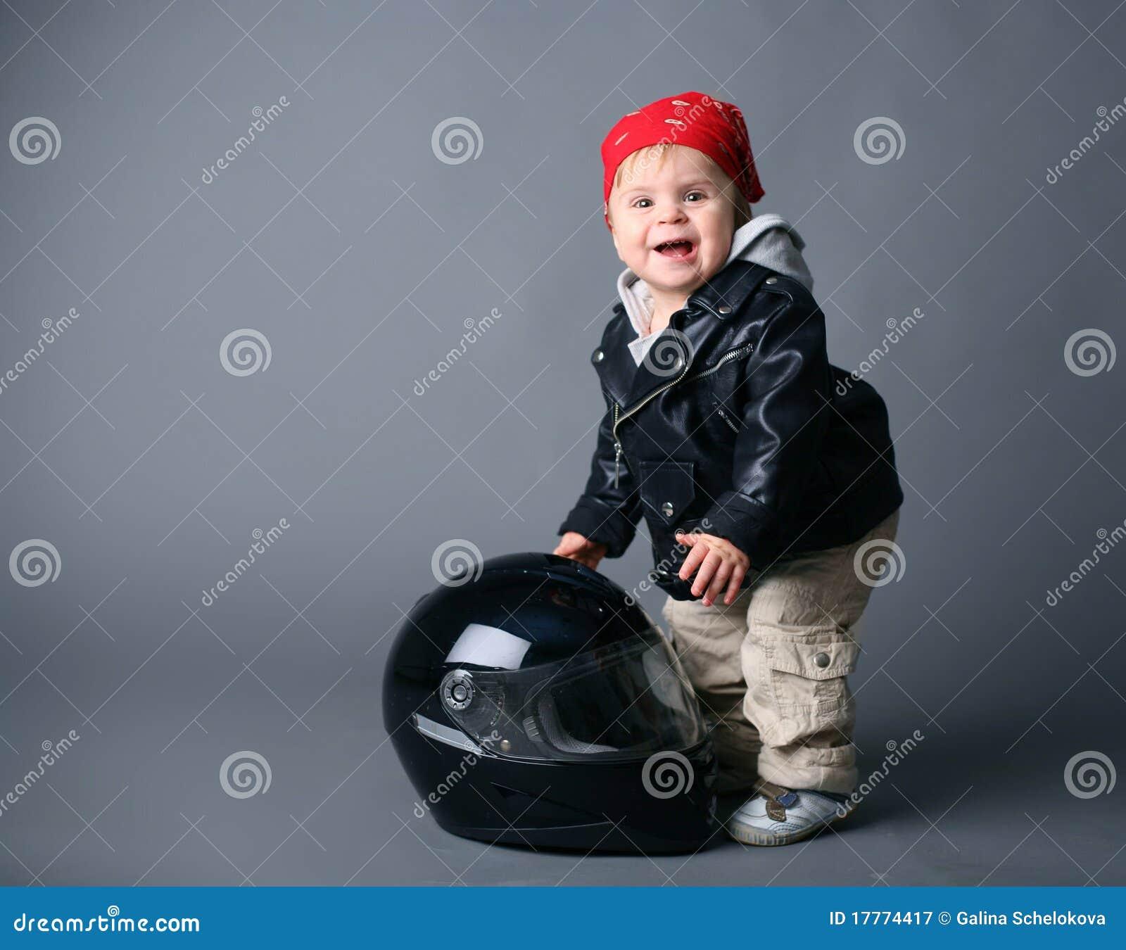 beb en la chaqueta de cuero con un casco del moto. Black Bedroom Furniture Sets. Home Design Ideas