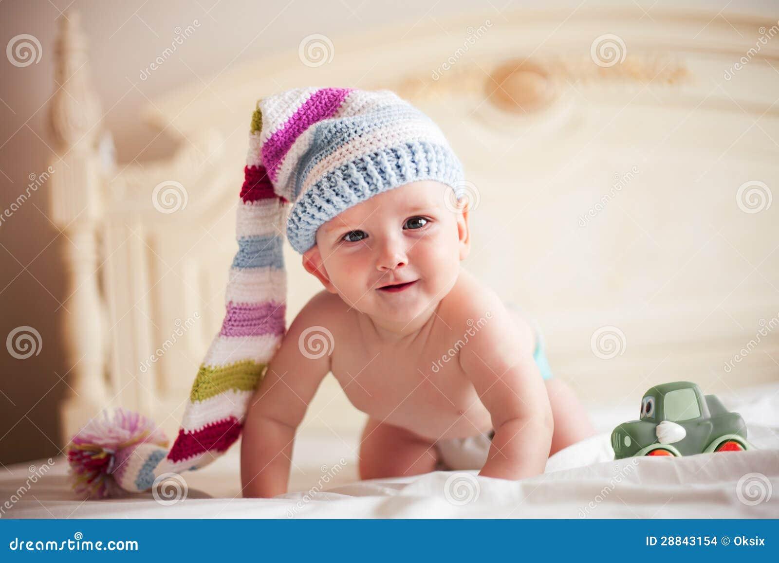 Bebé en sombrero del ganchillo
