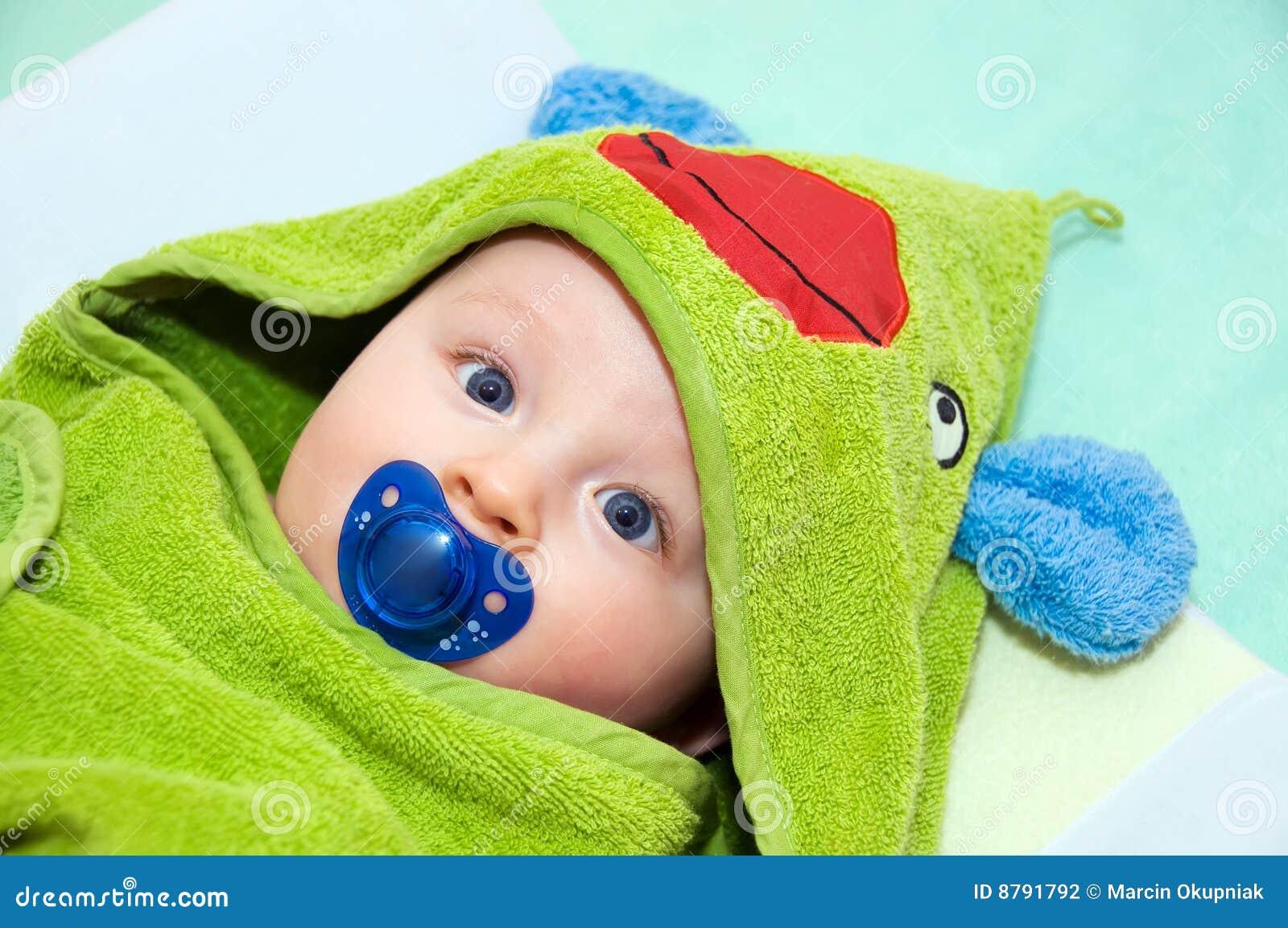Bebé en toalla de la rana