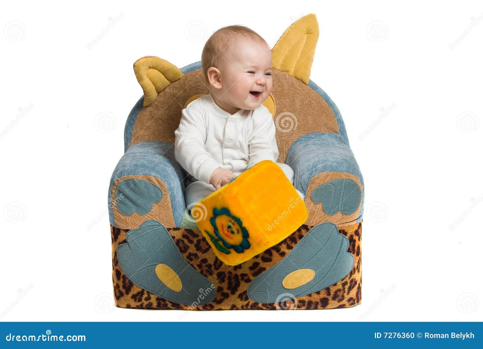 Bebé en una butaca.