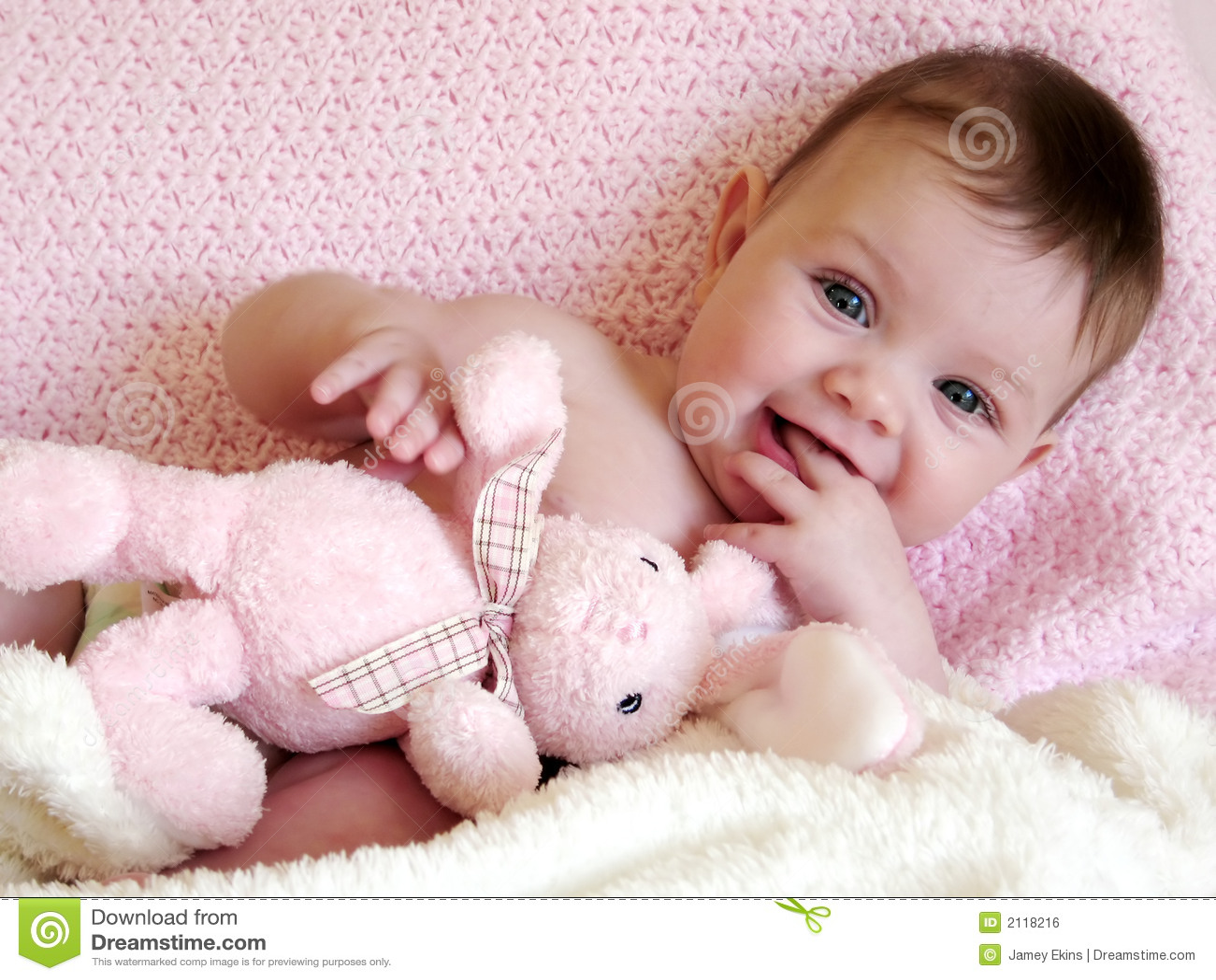 Bebé feliz que sonríe con el conejito