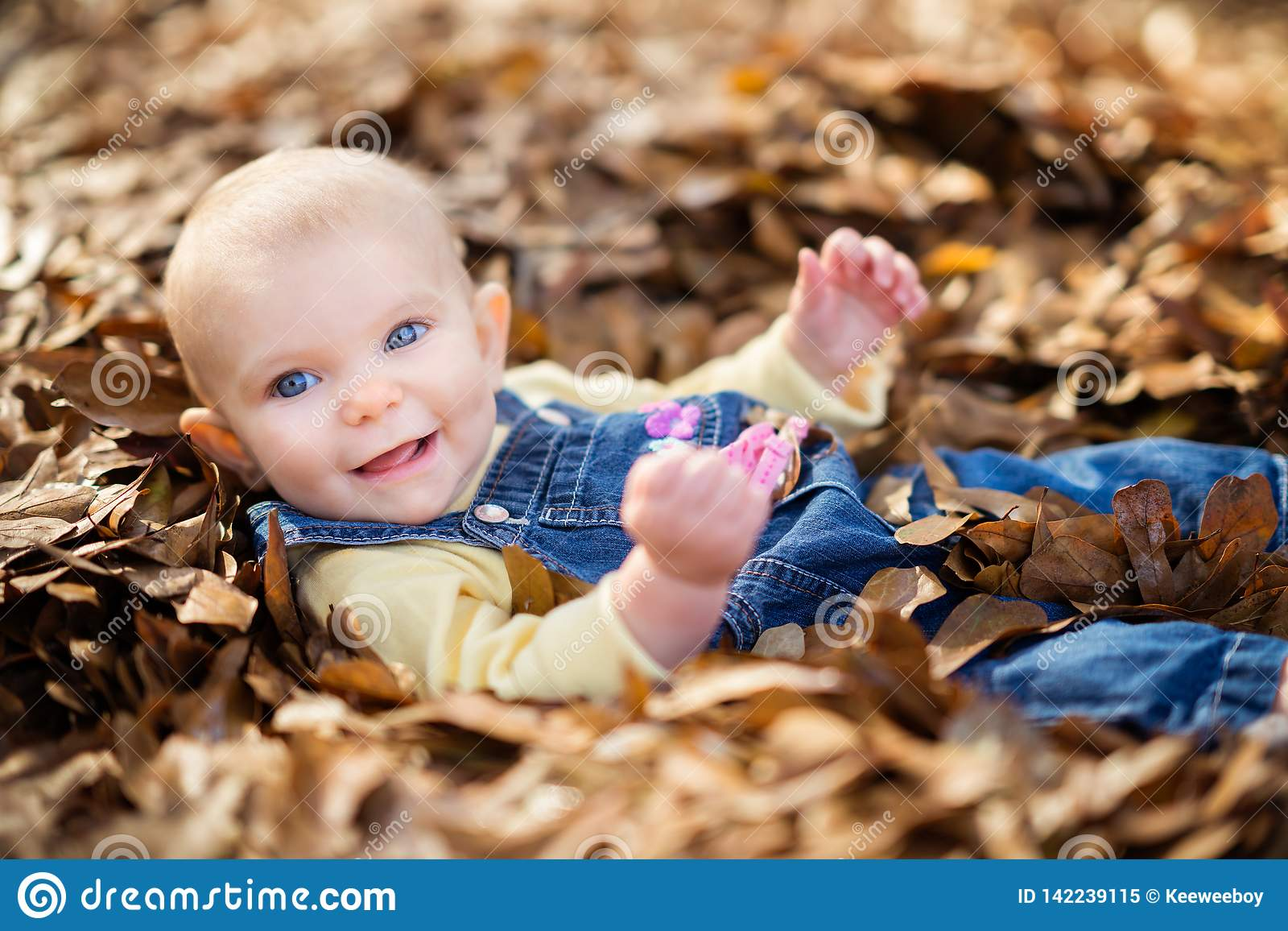 Bebé hermoso de Smiing