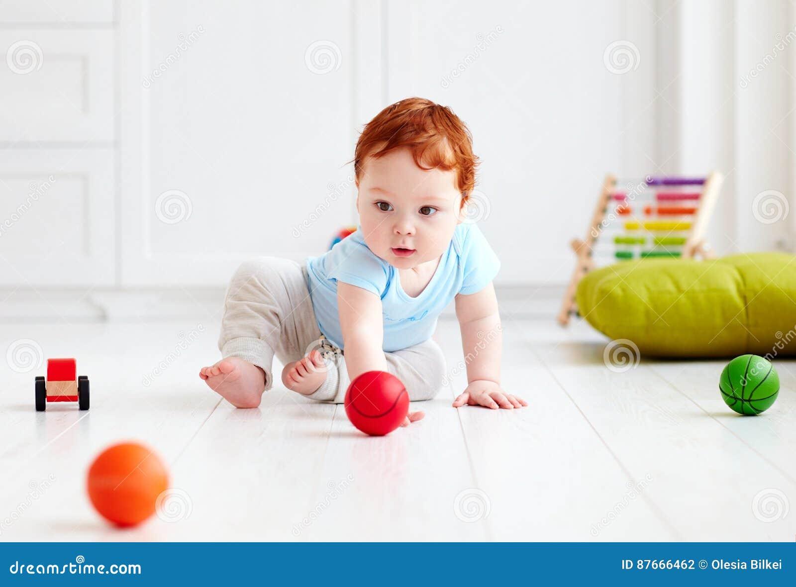 Beb Infantil Lindo Que Se Arrastra En El Piso En Casa Jugando Con  -> Fotos De Piso Para Casa