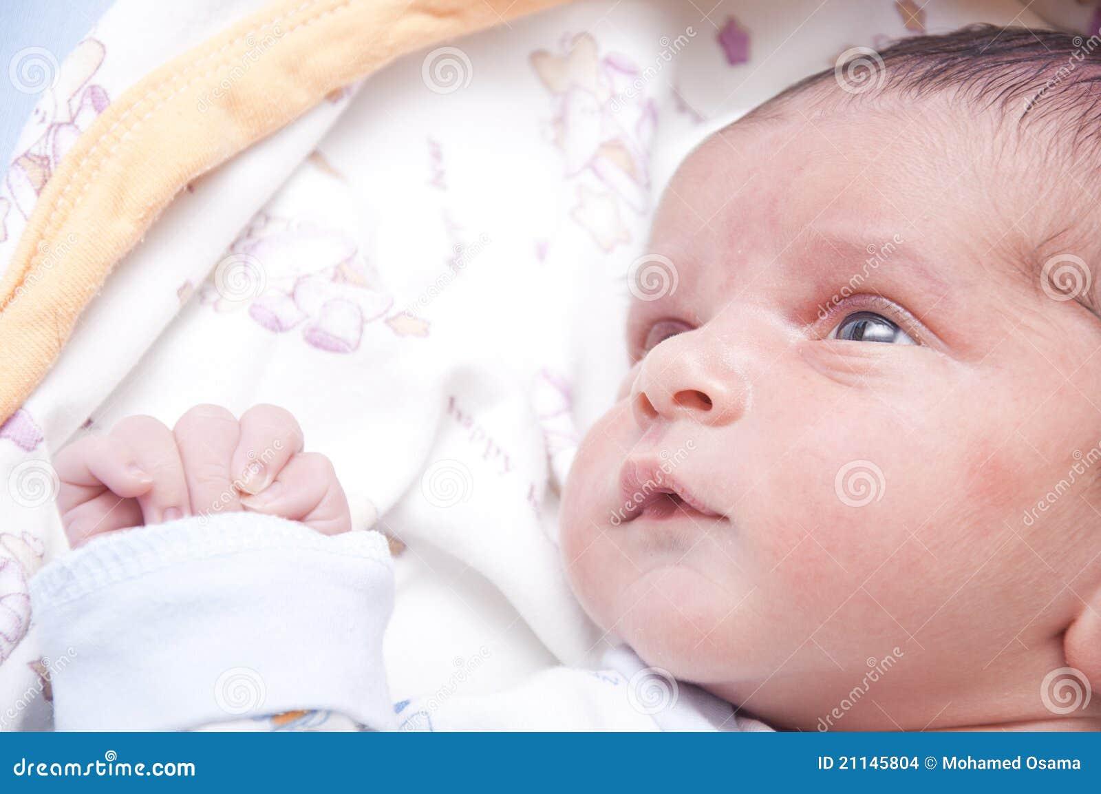 Bebé para arriba que mira