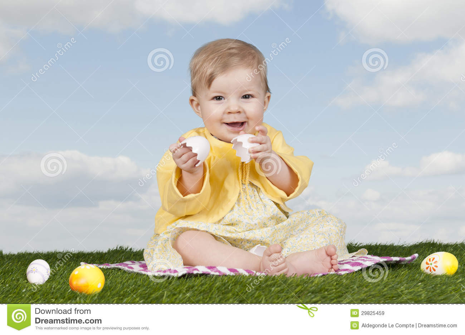 Bebé pequeno com ovos da páscoa