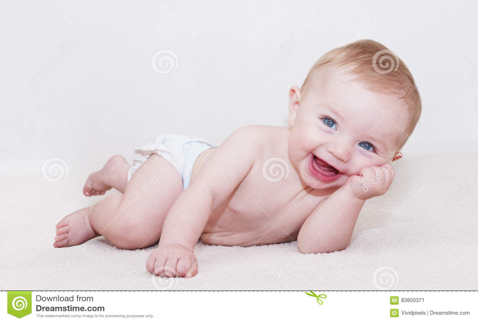 Bebé que coloca y que ríe
